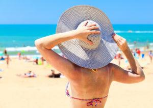 Fotoprotezione: i cappelli non sempre sono sufficienti a proteggere il cuoi capelluto e i capelli