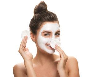 Per preparare la pelle è perfetto uno scrub, mentre la sera si può nutrirla e idratarla con una maschera. Così il trucco terrà di più.