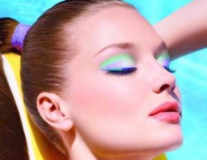 Trucco estivo: si ad una pelle ambrata e luminosa e colori fluo, stile Anni '80, su occhi e labbra.