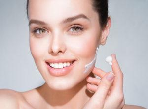 Alcuni attivi naturali possono aiutare la pelle a mantenere la pelle idratazione. Tra questi ricordiamo: acido ialuronico, estratto di barbabietola, burro di karité..