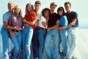 Un'immagine tratta da una serie molto famosa negli anni'90: Beverly Hills 90210 e un look tipico di quegli anni.