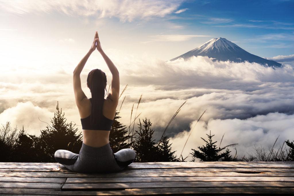 Una donna che pratica yoga